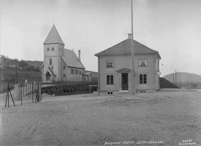 Postkort av Ålgård stasjon tatt like etter åpningen. Legg merke til påskriften Ålgård stasjon - Sørlandsbanen.