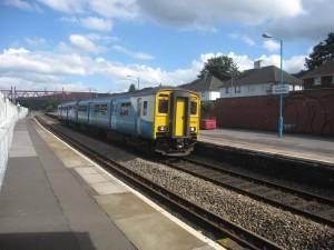 Ikke alle sidebanene ble lagt ned på 1960-tallet, her ser et vi tog på Caerphilly stasjon på Rhymney-linjen nord for Cardiff. Gjenåpningene har også ført til økt trafikk på disse banene.